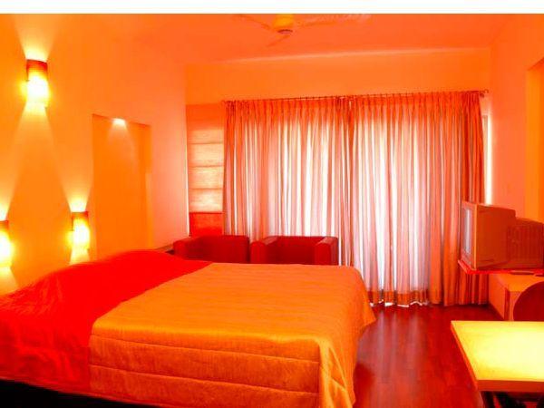Оранжевый цвет в качестве основного помогает создать тёплую атмосферу, которую помогут усилить деревянные полы.
