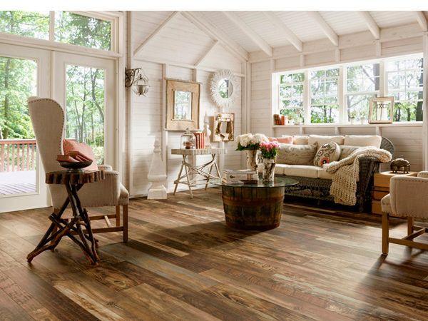 Деревянные балки, покрашенные в белый, выглядят не менее по-деревенски, даже потеряв свой натуральный цвет. А если добавить в интерьер, например, деревянный обеденный стол и стулья, то эффект усилится.