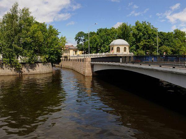 Поцелуев мост (Санкт-Петербург). Самый романтичный мост России хранит свои тайны и предания. Когда-то по нему проходила граница старого города, и, провожая своих родных в дорогу, жители Петербурга целовались.