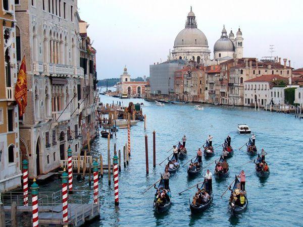 Где, как не в Венеции, может находиться самый романтичный канал мира? И прогулка по нему в гондоле с любимым человеком уж точно запомнится навсегда. Особенно на закате, в окружении прекраснейших архитектурных достопримечательностей и под вечернюю песню гондольера.