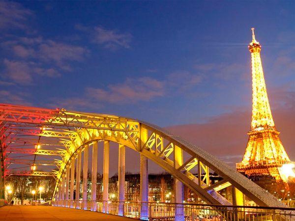 Париж настолько многоликий, что его невозможно познать ни за один визит, ни за десять — каждый раз он открывает другую сторону своего самобытного мира. Париж соткан из истории, искусства, моды, деловой жизни, уличных кафе, кабаре и, конечно же, романтики, а романтических уголков в этом городе — бесчисленное множество.
