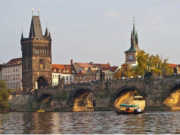 Карлов мост называют жемчужиной Чехии. Его великолепные сказочные фигуры создают атмосферу волшебства. По поверью, если мужчина перенесет свою половинку через весь мост, то они будут невероятно счастливы.