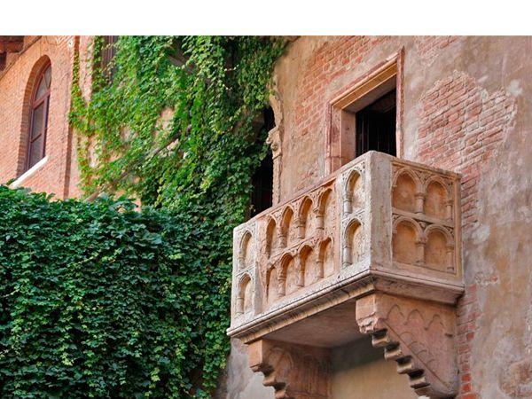 Наверное, для многих итальянский город Верона ассоциируется с бессмертным творением Шекспира. Поэтому совсем не удивительно, что туристы, попавшие в этот город, стараются посетить самый известный музей Вероны – Дом Джульетты.