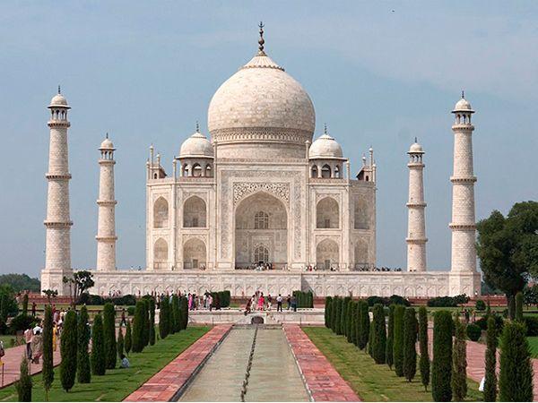 Тадж-Махал (Индия). Этот шикарный дворец из белого мрамора считается самым грандиозным проявлением любви и преданности в мире. Он был построен в честь жены короля Шаха Джахана — Мумтаз Махал, которая умерла, будучи беременной 14-м ребенком.