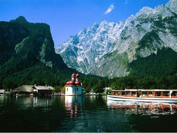 Королевское озеро Кенигзее магически притягательно. Оно расположилось в Альпийских горах и напоминает скандинавский фьорд. Здесь спокойно и невероятно красиво. А что еще нужно влюбленным?