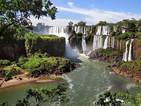 В 2011 году водопады Игуасу, расположенные на границе Бразилии и Аргентины, были признаны одним из семи природных чудес света. И неудивительно: свергающиеся будто в пустоту тонны воды, окруженные буйной зеленой растительностью, никого не оставляют равнодушными.
