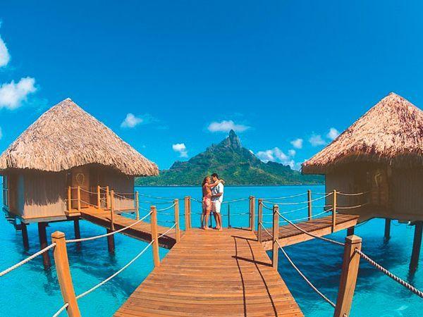 Жемчужиной Тихого океана считается удивительный и романтический остров Бора-Бора. Живописная природа, бесконечные горные цепи, коралловые рифы, окружающие остров, прекрасная лагуна — все это вызывает романтическое настроение у туристов острова.
