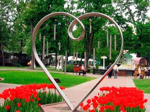 В саду «Эрмитаж» есть памятник Всем Влюбленным. Он представляет собой композицию из труб длиной 70 метров, которые согнуты в форме сердца. Внутри этого памятника находятся колокольчики, которые звенят от ветра. Есть придание, что влюбленные, которые впервые поцеловались под металлическим сердцем, будут счастливы, а их чувства будут прочными и яркими всю жизнь.