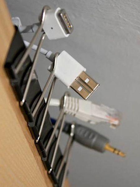 Канцелярскими зажимами удобно закреплять провода, чтобы не путались. Информация с сайта http://www.listotic.com/