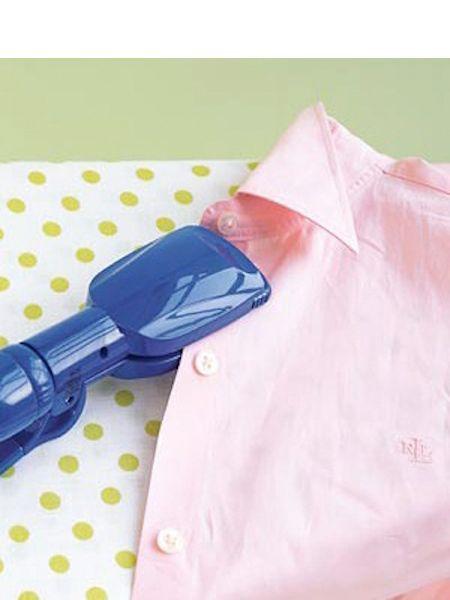 Одежду в труднодоступных местах можно гладить утюжком для выпрямления волос.