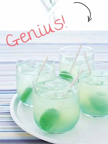 Вместо ложечек для размешивания напитков положите в бокалы леденцы на палочках.