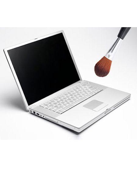 Пыль с клавиатуры удобно вытирать пушистой кистью.