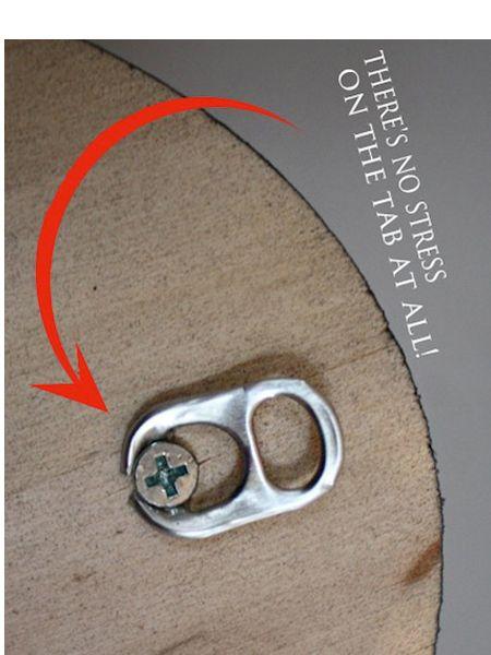 Колечко от жестяной банки можно использовать для того, чтобы повесить картину.