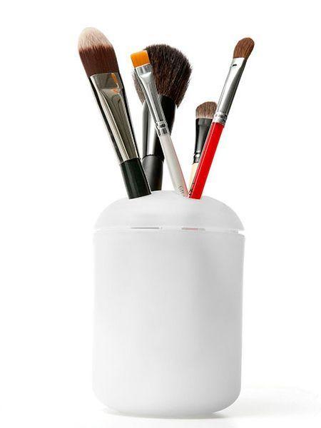 Кисти для макияжа удобно хранить в подставке для зубных щеток.