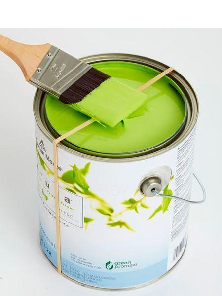 Если натянуть резинку на банку с краской, можно с легкостью убирать излишки краски с кисти.