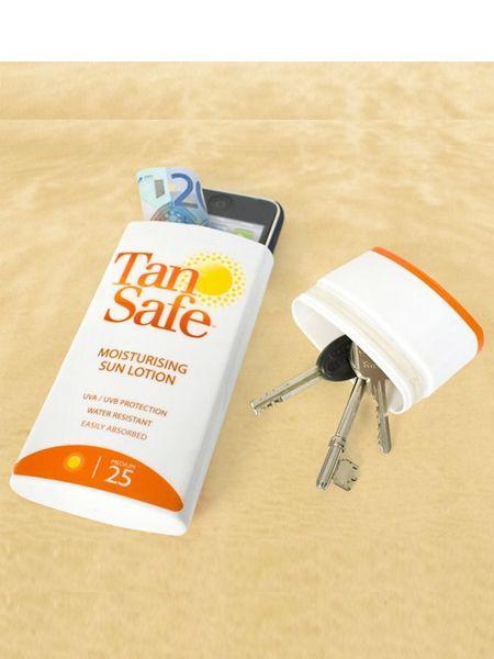 Сложите во флакон из-под солнцезащитного крема ценные вещи. Так вы не привлечете внимание грабителей на пляже.