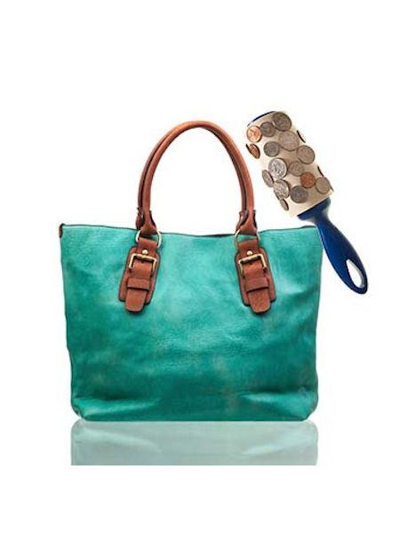 Мелочь со дна сумки удобно собирать валиком для чистки одежды.