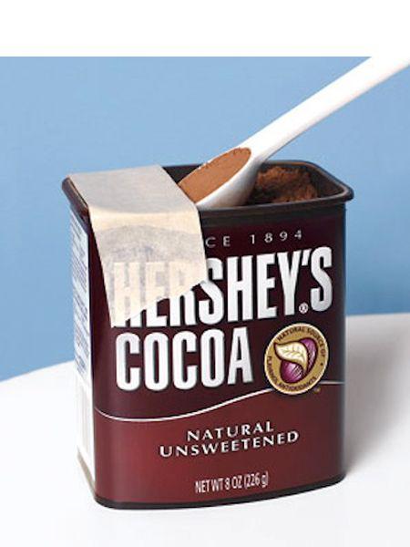 Наклейте скотч на банку с сыпучими продуктами. Тогда вы сможете набрать точно одну ложку, без горки.