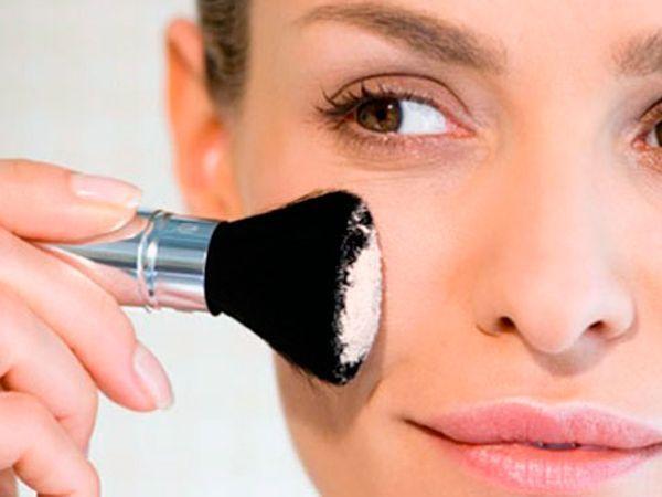 9. Если переборщили с пудрой, используйте термальную воду. Сбрызните лицо, держа флакон на расстоянии вытянутой руки. Кожа будет выглядеть натурально.
