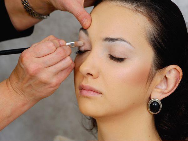 8. В качестве основы для макияжа глаз можно использовать светлые тени. Наносите их на все веко, а поверх выбранный цвет. Тени будут держаться дольше.