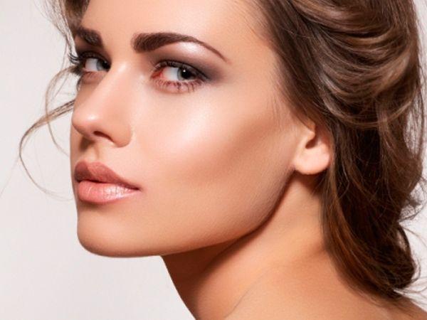 7. Средство для сияния кожи наносите по контуру лица. Так естественнее. А помаду всегда можно использовать в качестве румян. Чуть-чуть, для придания оттенка.