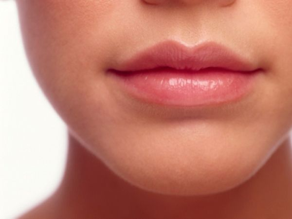 3. Любой макияж начинайте с бальзама для губ. Когда придет черед помады (как правило, в самом конце), они станут мягкими и их будет легче накрасить.
