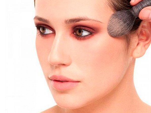 10. Розовые румяна помогут добиться эффекта свежего лица. А легкий штрих ими же по верхнему веку создаст цельный образ.