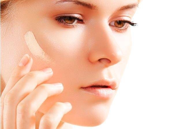11. При выборе цвета тональной основы тестируйте ее на лбу. У некоторых женщин кожа здесь имеет более темный оттенок.