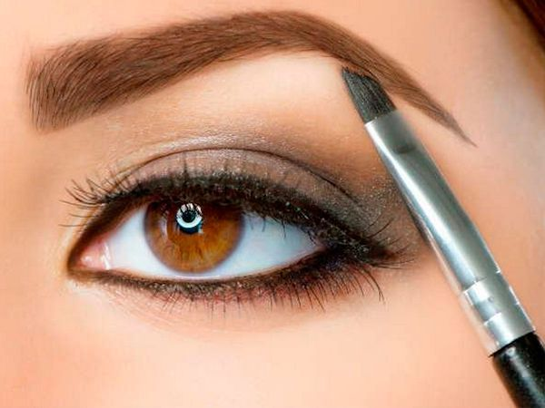 5. Начинайте макияж бровей с проработки зоны изгиба, самого темного места брови. Затем прорисуйте кончик и только потом поступательными движениями двигайтесь в сторону головки.