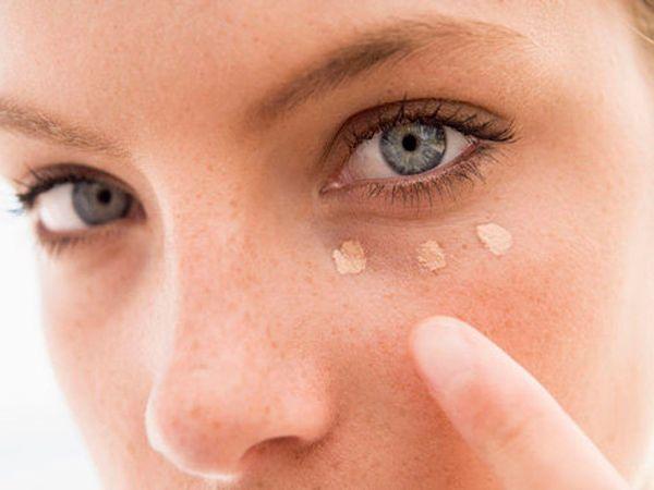 2. Чтобы зрительно приподнять уголок глаза, когда маскируете консилером темные круги, продлите линию к вискам.