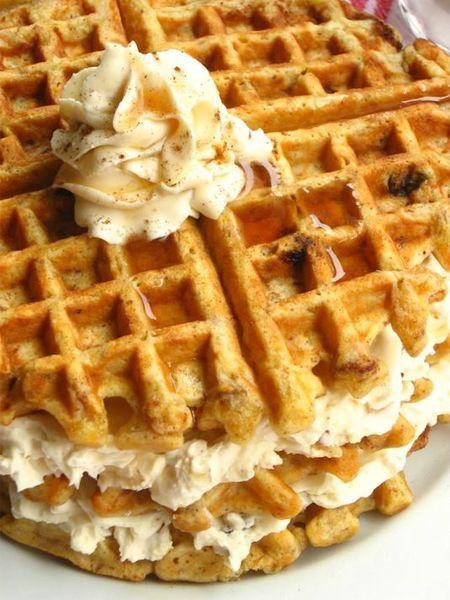 11. А если перемазать готовые вафельки кремом, получите вкусный тортик.