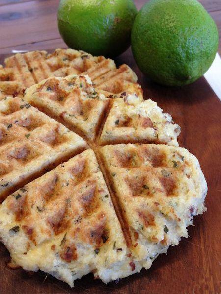 2. Приготовьте тесто из картофельного пюре, яиц и муки. Получатся вкусные картофельные коржики.