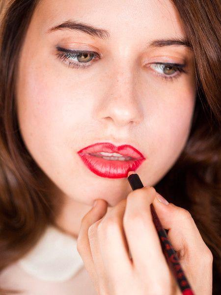 7. Запомните раз и навсегда: контурный карандаш для губ не должен быть виден, это моветон! Он должен идеально подходить по цвету либо к помаде, либо к натуральному оттенку губ.
