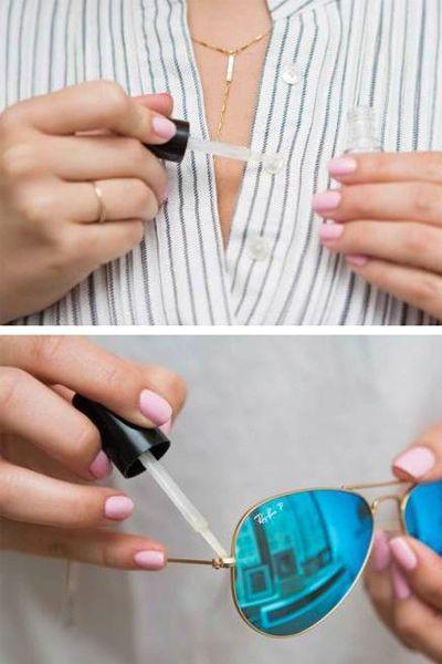 Нанесите каплю прозрачного лака для ногтей на пуговицу. Нитка дольше не будет протираться. Также таким способом можно закрепить винтики на очках.