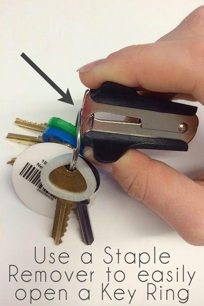 Чтобы разжать колечко от брелка, используйте антистеплер.