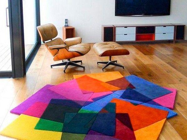 Новый ковер может буквально преобразить комнату. Чтобы разнообразить интерьер, купите большой ковер яркого цвета.