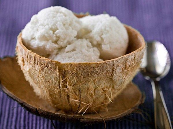 Для приготовления кокосового мороженого необходимо приготовить стандартный английский крем из 3 стаканов сливок, 5 желтков, и 0,5 стакана сахара.  В остывший крем добавить сок и цедру лайма, стружку кокоса и мелко нарезанный базилик.
