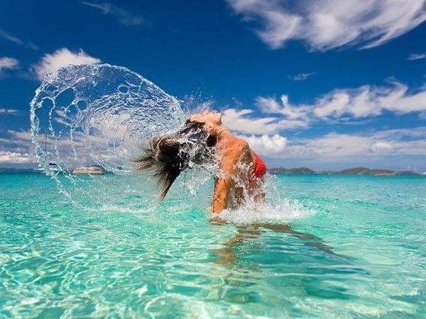 4. Намочите волосы до купания. Прежде, чем прыгнуть в бассейн или окунуться в море, полейте волосы питьевой водой. Она заполнит пространство между чешуйками волоса, и соль или хлорка туда уже не проникнут.