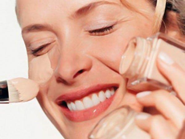 13. Не покупайте тональный крем с SPF-фактором. Если ваш дневной крем содержит SPF, вам ни к чему тон с солнцезащитой. Она делает текстуру крема более плотной, а это нагрузка для кожи.