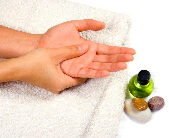 Массируйте свои кисти - это не только продлит молодость ваших рук, но и повлияет на работу всего организма, ведь на руках расположено большое количество нервных окончаний. Для массажа всегда наносите немного увлажняющего крема или массажного масла.