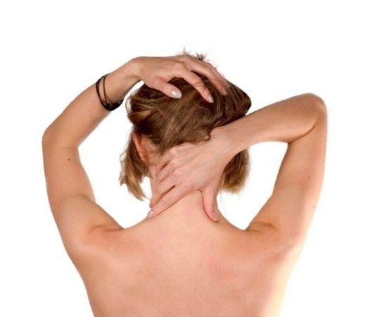 Во время сидячей работы раз в час массируйте шею. Сцепите ладони за шеей и давите на нее по бокам основаниями ладоней. Так массируйте сверху вниз. Затем разомните мышцы на плечах у основания шеи, при этом медленно то наклоняя, то отклоняя голову в сторону.