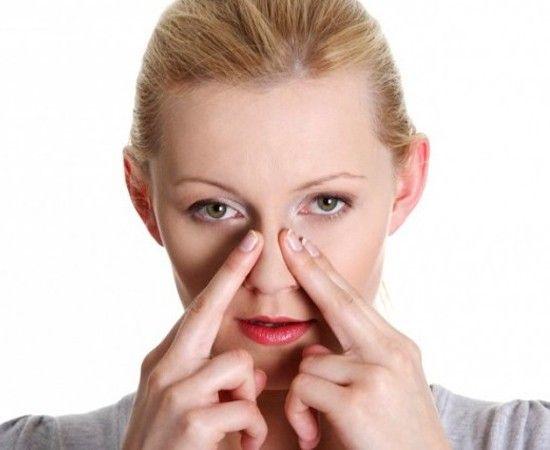 Если у вас насморк или вы страдаете аллергией - делайте массаж пазух указательными пальцами. Сначала массируйте точку над переносицей, затем, упираясь подушечками пальцев, круговыми движениями следуйте по надбровным дугам.