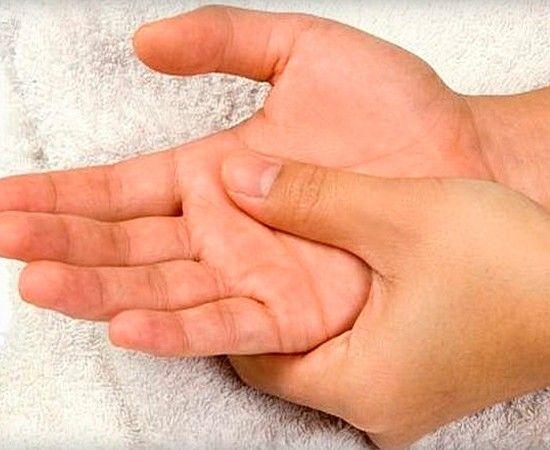 Постоянно печатая на клавиатуре, не забывайте время от времени пощипывать руки. Начинайте с плеч  двигайтесь вниз к запястьям. Это улучшит кровообращение и снимет напряжение мышц. Также держите на столе резиновый мячик и время от времени его сжимайте. Это укрепит кисть и расслабит уставшие пальцы.