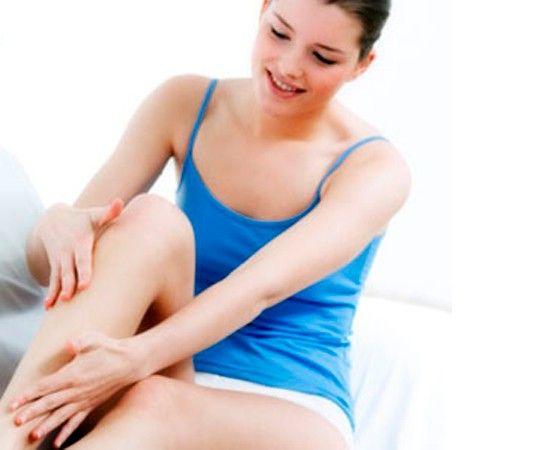 Многие женщины часто ходят на каблуках, от этого икроножная мышца становится короче и меняет форму не в лучшую сторону. Поэтому полезно растягивать икры. Сядьте на пол, согните ноги в коленях, подошвы прижмите к полу. Обхватите ладонями щиколотку, положив большие пальцы чуть выше ахиллова сухожилия. Нажмите подушечками больших пальцев и через 5 секунд отпустите.