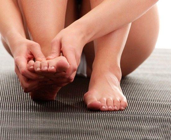 Лавандовое масло очень расслабляет и успокаивает, что очень полезно для наших уставших ног. Вечером втирайте масло в стопы, после чего наденьте носочки. Масло успокоит наши нервы и смягчит сухую кожу ног.