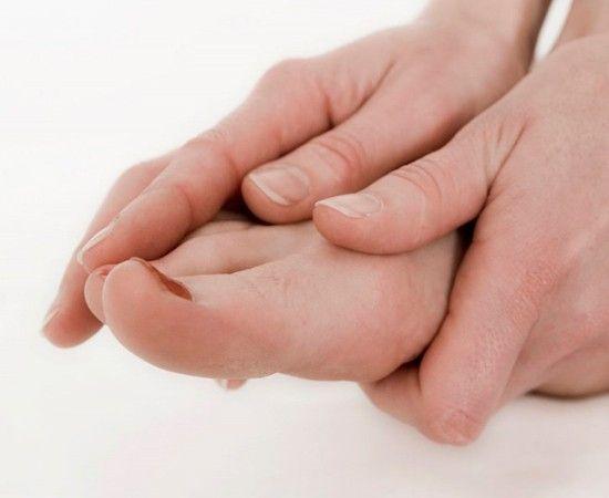 В конце тяжелого дня делайте массаж ног: прижмите ладонь к подошве, запустите пальцы рук между пальцами ног и разминайте суставы. Затем обхватите рукой щиколотку, расслабьте стопу, второй рукой вращайте ее увеличивая диаметр круга, повторите вращения в обе стороны.