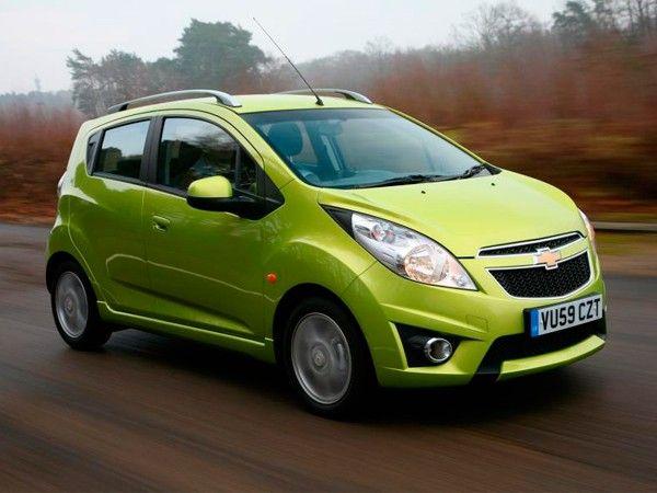 Chevrolet Spark. Небольшой привлекательный автомобиль. Вмещает 5 человек, правда, сидеть втроем на заднем сиденье не очень удобно.