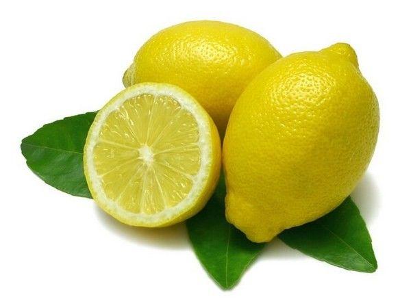 1. Если вы дома заполняли какие-то бумаги и испачкались шариковой ручкой, тогда идите на кухню и достаньте из холодильника лимон. Разрежьте его на две части, посыпьте пятно солью и выдавите на него немножко лимонного сока. Подождите около пяти минут, после чего постирайте вещь. Однако мы не рекомендуем использовать этот способ очистки, если ткань белого цвета.