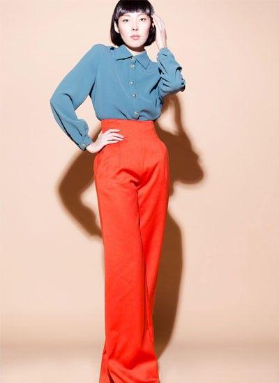 5. Модельеры отдают предпочтение в этом году расклешенным брюкам красного цвета. Стильно будут смотреться такие брюки с белоснежной рубашкой с воротником-стойкой.