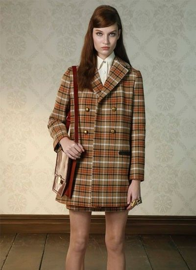 2. Модельеры предлагают выбирать пальто пастельных оттенков. Также в моде полосатые пальто и в клетку.